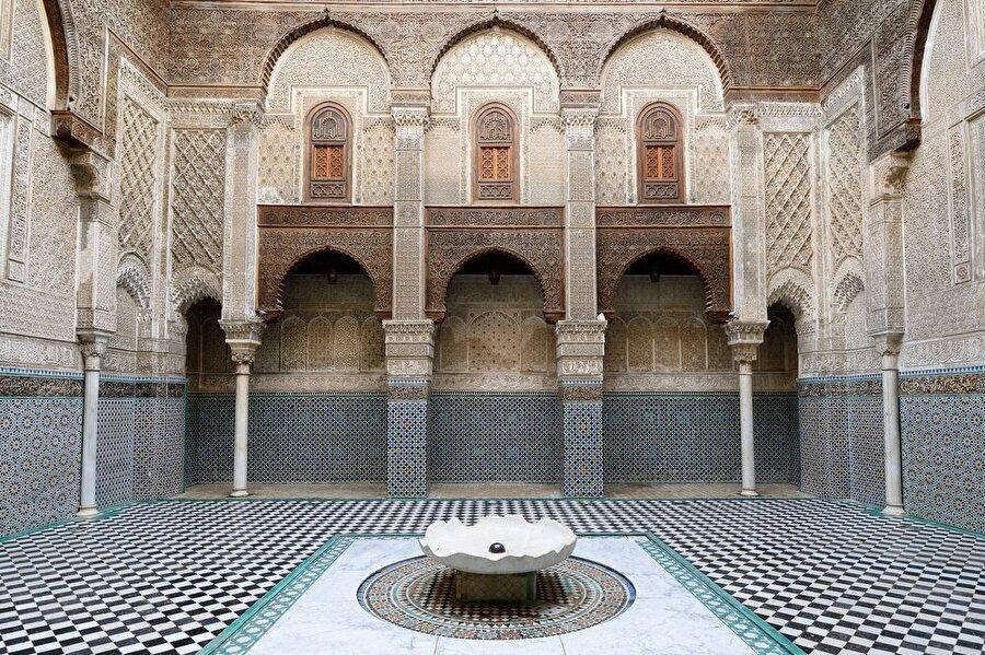 Murâbıtlar döneminde yaptırılan ek binalarda, Murâbıt mimarisine uygun bir şekilde sade, fakat incelikli işlemeler dikkat çekiyor.