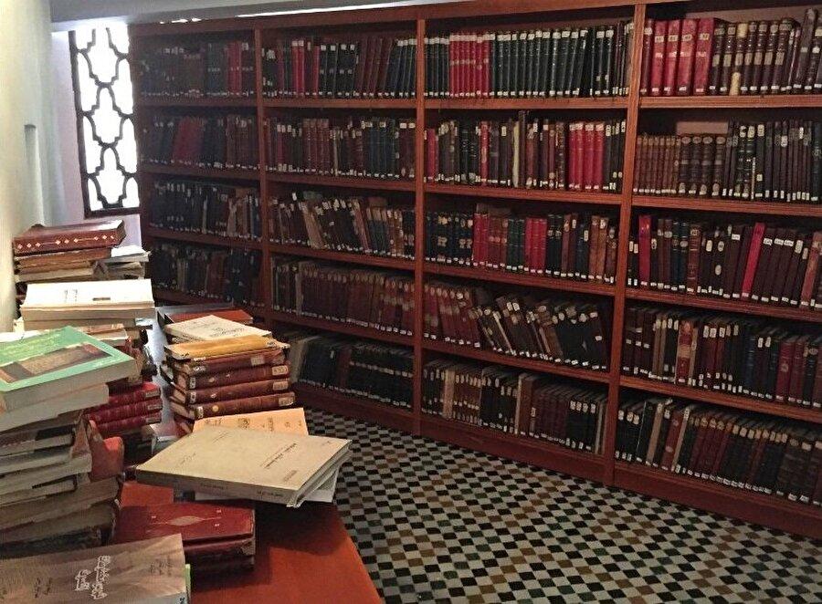 Karaviyyîn Camii'nin kütüphanesinde, içinde Yuhanna dönemine ait bir İncil'in de olduğu çok sayıda eşsiz eser yer almaktadır.