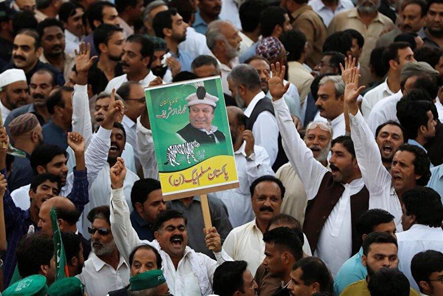 Navaz Şerif'in hapis cezasına çarptırılması, destekçileri tarafından tepkiyle karşılanmış ve Şerif lehine gösteriler düzenlenmişti. (Faisal Mahmood / Reuters)