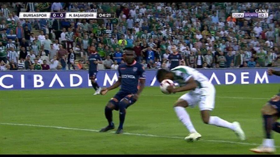 Görüntü beIN Sports'tan alınmıştır. Bursasporlu Diafra Sakho'nun bu pozisyonda elle oynadığı gerekçesiyle golü iptal edildi.