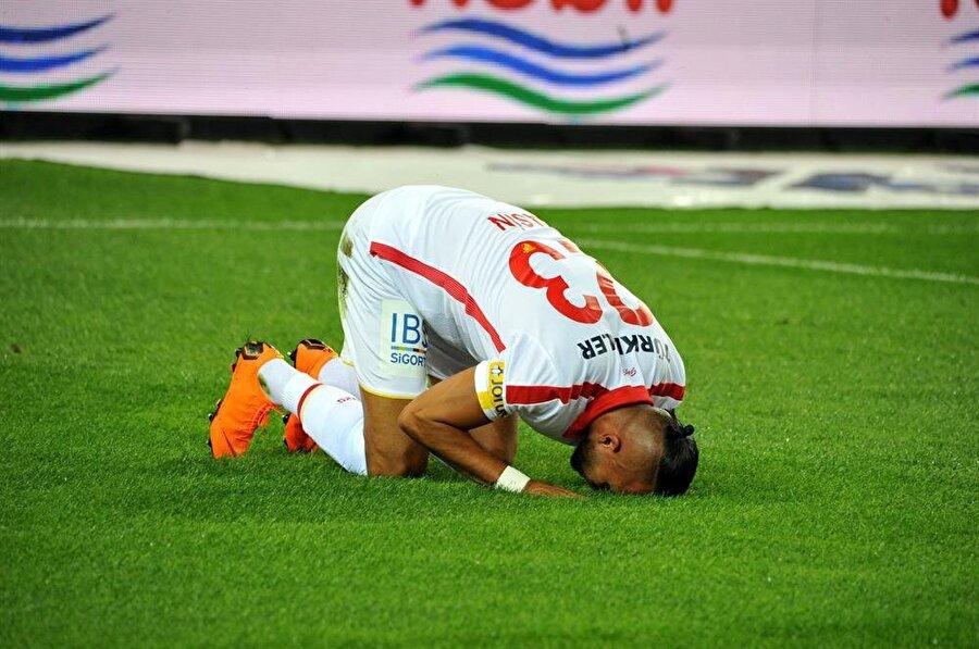Yasin Öztekin, Trabzonspor ağlarına gönderdiği golün ardından secdeye gitti.