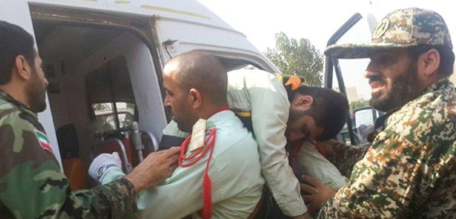 Olay yerinden gelen ilk fotoğraflarda, yaralı askerlerin taşındığı görülüyor.