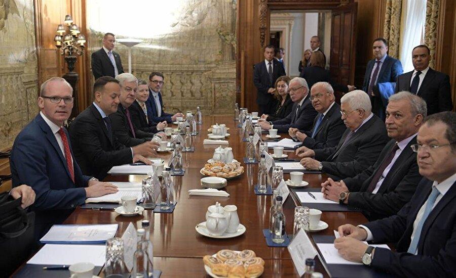 Filistin heyetinin ziyareti sırasında İrlanda Başbakanı Leo Varadkar'ın (Solda, Coveney'in yanında) katıldığı bir görüşme de gerçekleşti. (Thaer Ghanaim / Filistin Devlet Başkanlığı)