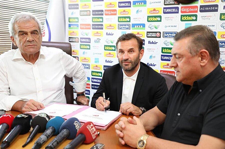 Çaykur Rizespor'un eski başkanı ve yeni başkanının bulunduğu törende Okan Buruk, kendisini sezon sonuna kadar Karadeniz ekibine bağlayan sözleşmeye imza attı.