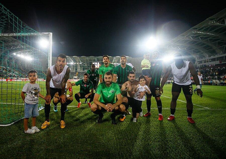 Akhisarsporlu oyuncular, Galatasaray karşısında ligde aldıkları ilk galibiyeti maç sonunda taraftarları ile coşkulu bir şekilde kutladı.