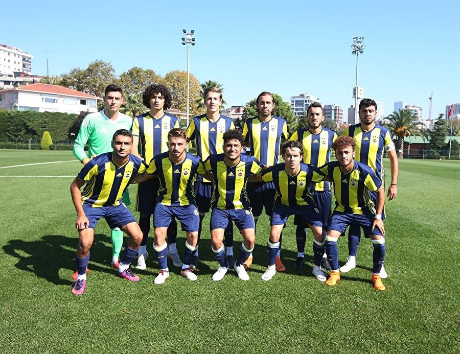 Fenerbahçe U-21 takımı, Beşiktaş'ı 1-0 mağlup ettiği maç öncesinde takım olarak poz verdi.