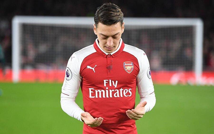 Türk asıllı Alman futbolcu Mesut Özil maçtan önce dua ediyor.