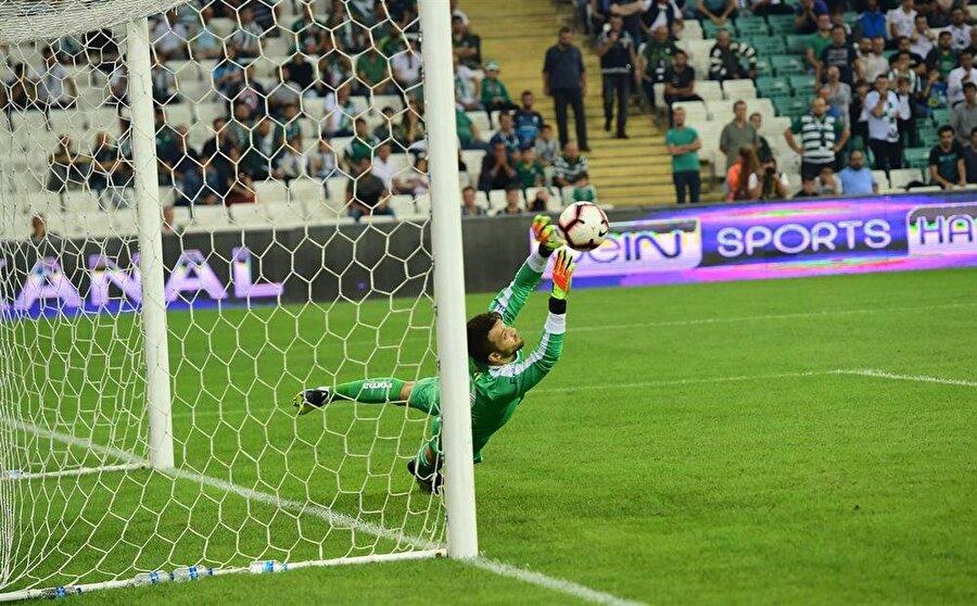 Süper Lig'in 6. hafta maçında Başakşehir'i ağırlayan Bursaspor'da 23 yaşındaki Okan Kocuk, konuk ekibin VAR sisteminin uyarısı ile kazandığı penaltıyı kurtarmayı başarmıştı.