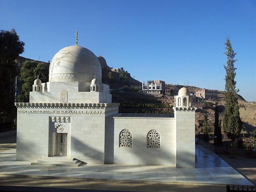 Seyyidina Hatim'in El Hutayb'da bulunan türbesi, Davudiler açısından oldukça önemli bir mekan.