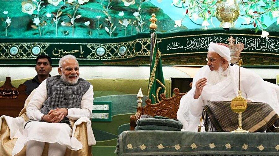 Hindistan Başbakanı Narendra Modi (Solda) ve cemaat lideri Seyyidina Mufaddal Saifuddin bir arada.