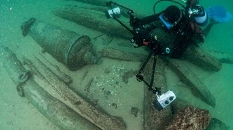 Dalgıçlar batık gemide savaş topları ve para olarak kullanılan deniz kabukları buldu.