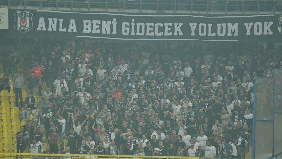 Siyah beyazlı taraftarlar Kadıköy'de takımlarını yalnız bırakmadı.