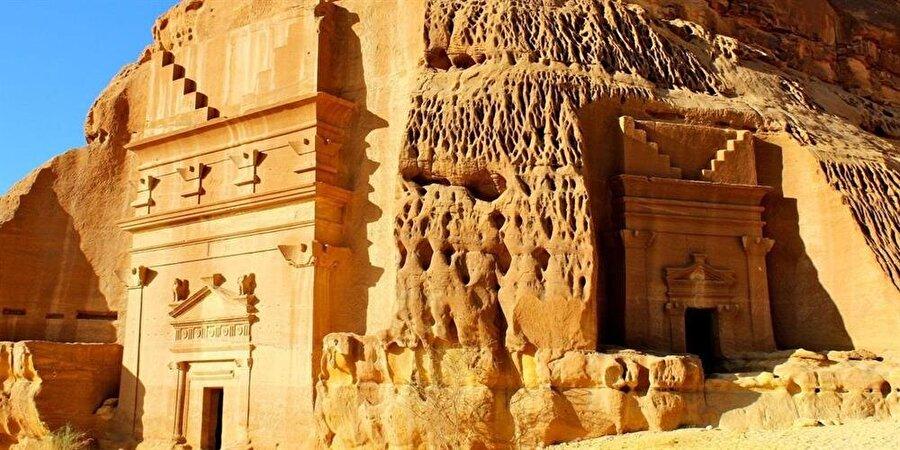 Suudi Arabistan'ın kuzeyinde bulunan Medain Salih kenti, kayalara oyulmuş evleriyle ünlü.