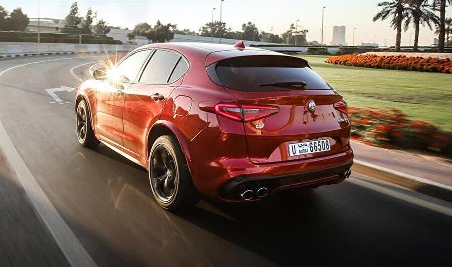 Alfa Romeo Stelvio Quadrifoglio'nun yol üstündeki görünümü ve kusursuz tasarlanmış arka kısmı otomobil tasarımcılarından tam not aldı.
