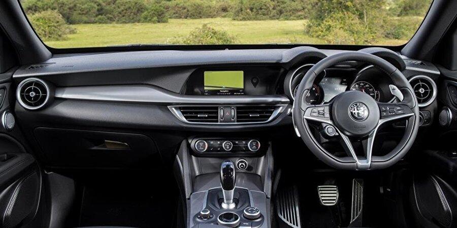 Alfa Romeo Stelvio Quadrifoglio'nun iç dizaynı da rahatlık ve şıklık üzerine kurgulanmış durumda.