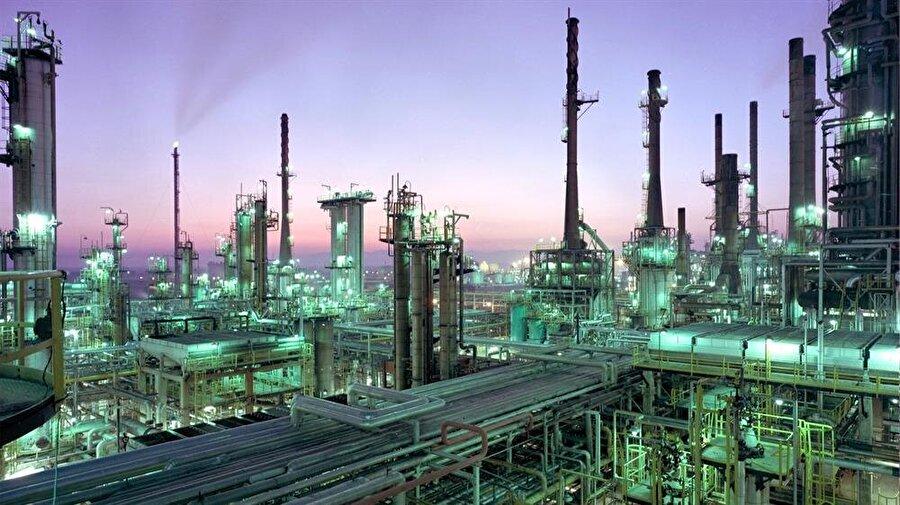 Yaptırımların ardından İran ile ticari ilişkilerini askıya alan şirketler dolayısıyla İran'ın petrol ihracında büyük bir düşüş yaşandı.