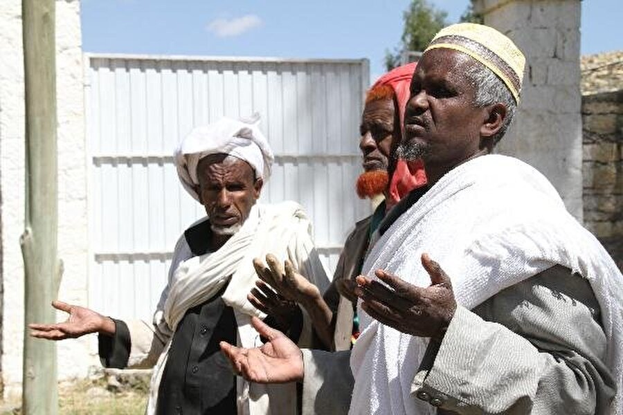 Türbe ve cami açılışında dua eden Etiyopyalı vatandaşlar.