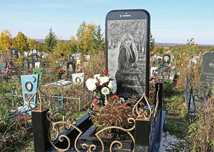 Genç yaşta hayatını kaybeden kızının fotoğrafını mezar taşına koydurdu.
