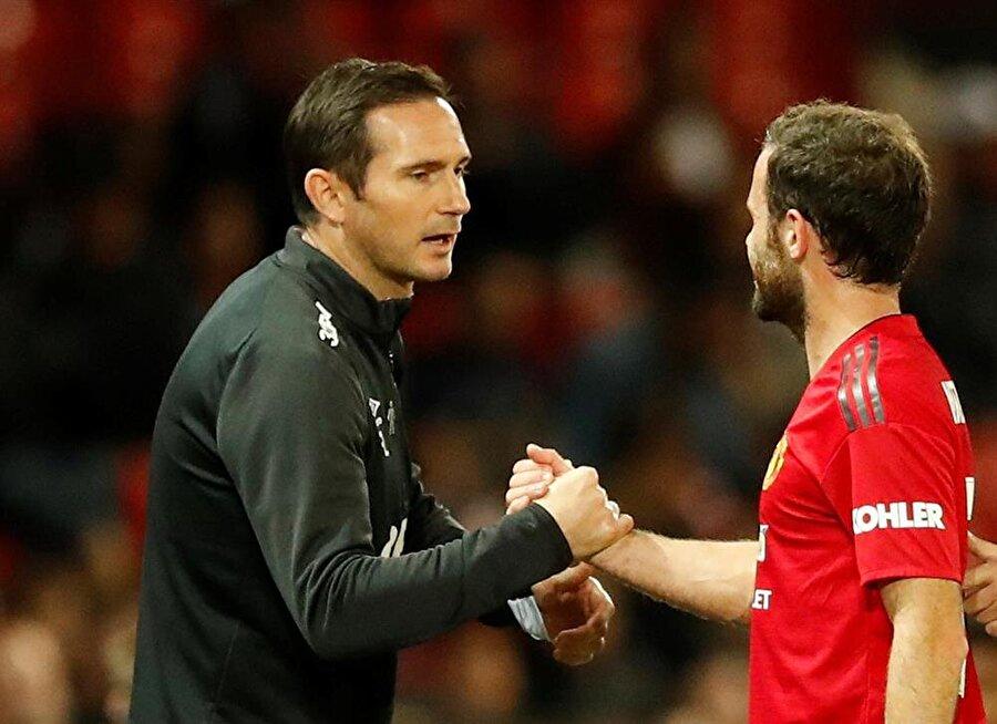 Juan Mata, Chelsea'de bir dönem birlikte oynadığı Frank Lampard ile tokalaştı.