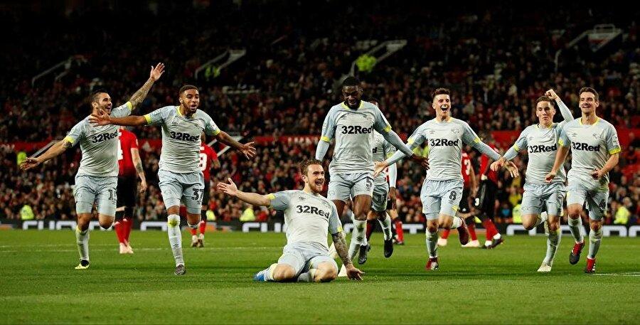 Derby Countyli futbolcular deplasmanda 2-1 öne geçmenin sevincini yaşıyor.