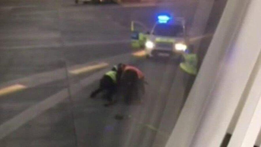Polisler apronda koşan adama müdahale ettiler.