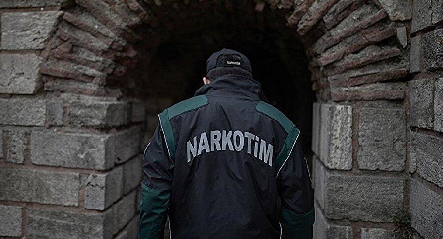 Narkotim ekipleri, Nurettin K.'nın uyuşturucu yapımdan kullanılan hint kenevi yetiştirdiği köprü altına baskın yapmıştı.