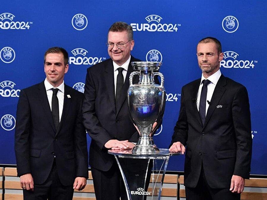 UEFA Başkanı Aleksander Ceferin, Almanya Futbol Federasyonu Başkanı Reinhard Grindel ve Philipp Lahm kupa ile birlikte basın mensuplarına poz veriyor.