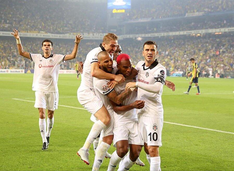 Fenerbahçe derbisinde Beşiktaş'ı öne geçiren Hollandalı yıldız, takım arkadaşlarıyla büyük sevinç yaşadı.