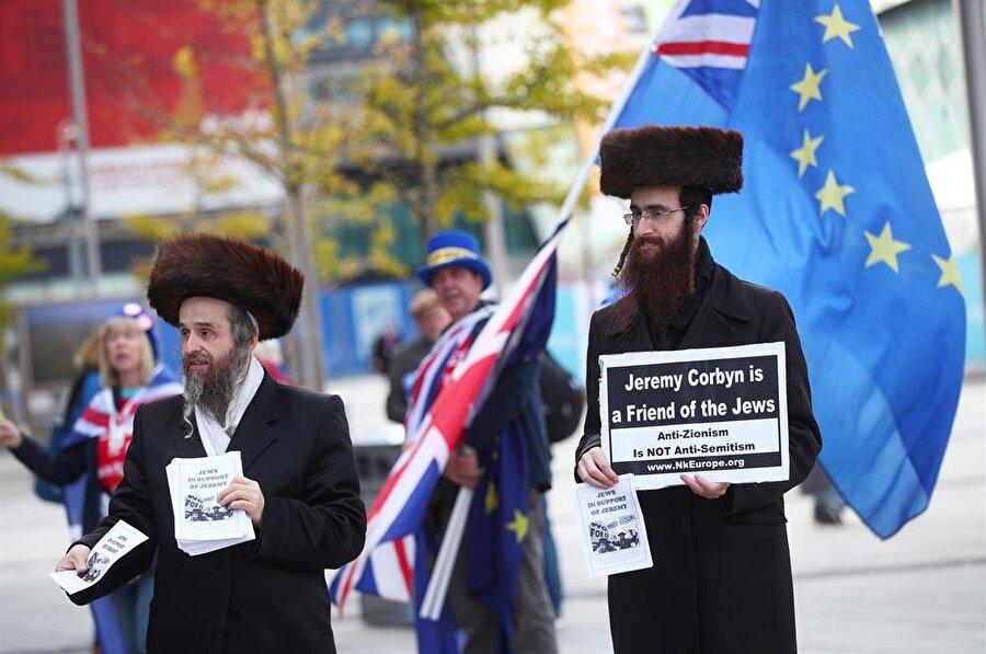 Corbyn'in konuştuğu salonun dışında kendisini destekleyen Yahudiler de bildiri dağıtıyor. (Hannah McKay / Reuter)