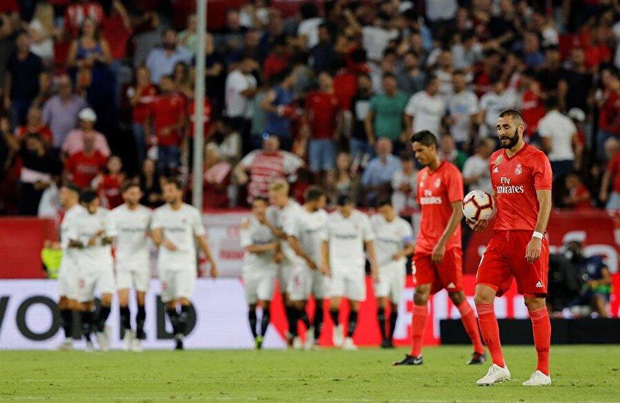 Sevillalı futblcular taraftarları ile golü kularken, Real Madridli oyuncular çaresizliği yüzlerinden okundu.