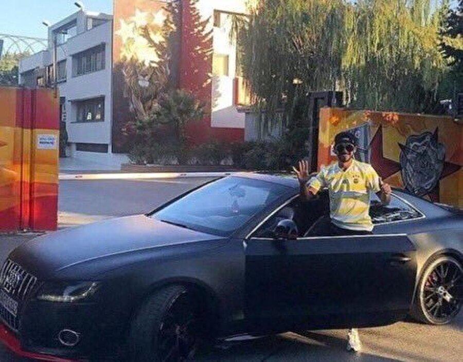 Florya Metin Oktay Tesisleri'ne arabasıyla gelen Çıra, elleriyle 6 işareti yaptı.