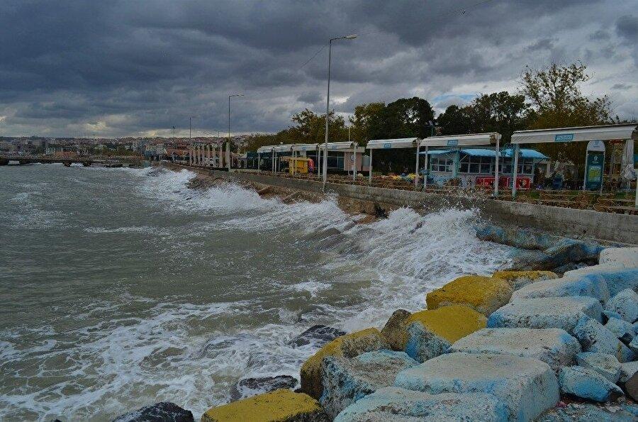 Fırtına uyarısının ardından Aydın'da hava sıcaklıkları hissedilir derece düşerken rüzgar da etkisini göstermeye başladı.
