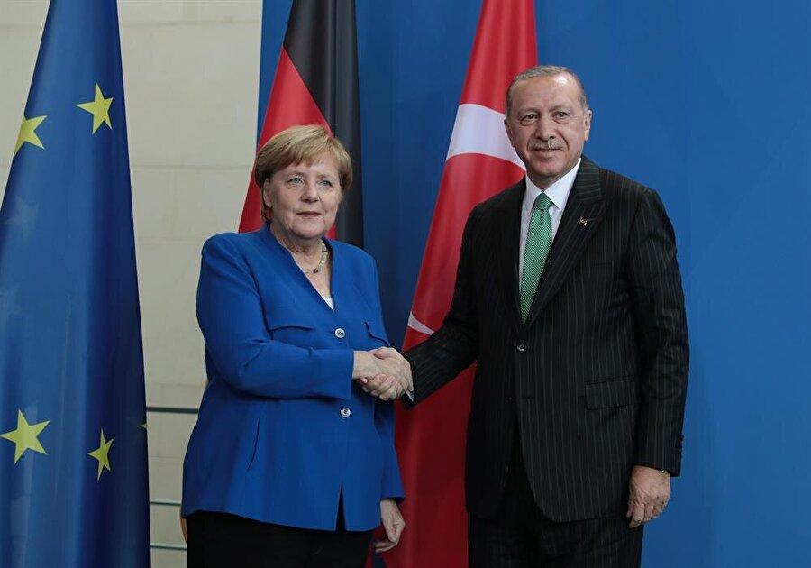 Cumhurbaşkanı Recep Tayyip Erdoğan, Almanya Şanşölyesi Angela Merkel ile ortak basın açıklaması yaptı.