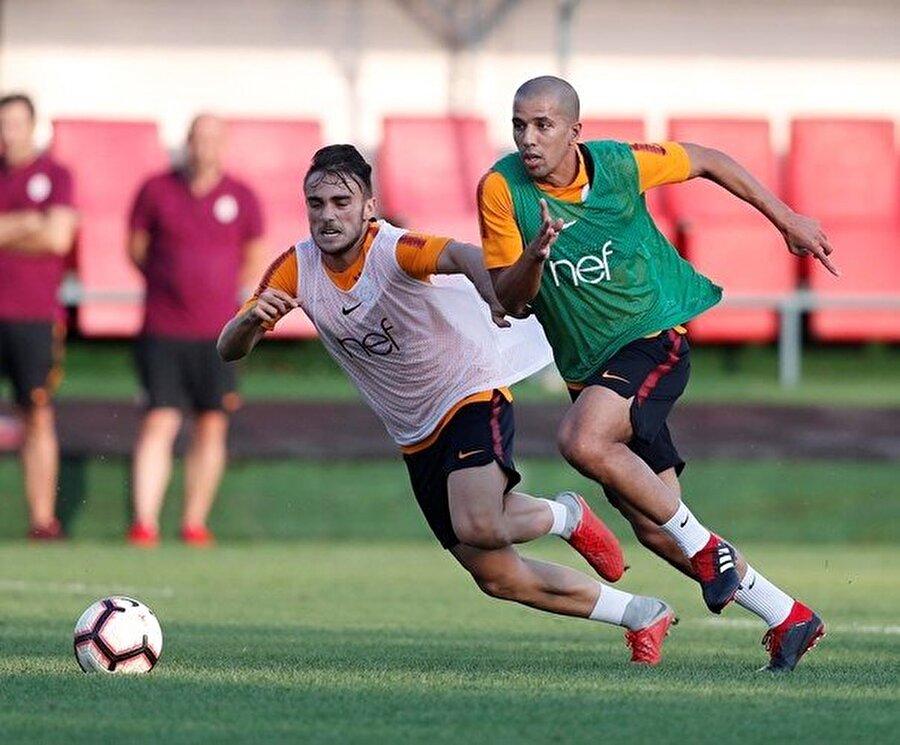 Ceyazirli futbolcu, Florya Metin Oktay Tesisleri'nde yapılan antrenmanda genç oyuncu Yunus Akgün ile ikili mücadeleye giriyor.