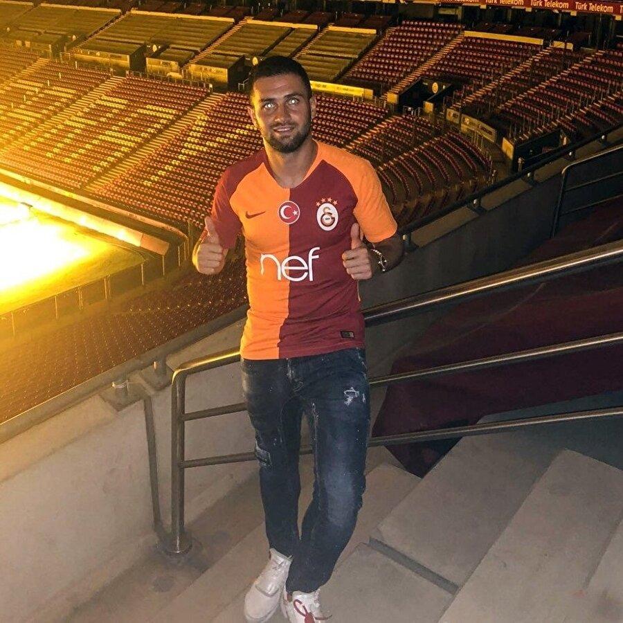 Sezon başında Akhisarspor'dan transfer edilen Ömer Bayram, Türk Telekom Stadyumu'nda poz veriyor.