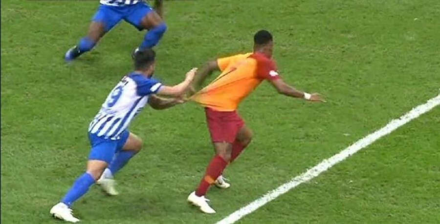 Erzurumsporlu futbolcu, ceza sahası içinde Garry Rodrigues'in formasından çekiyor.