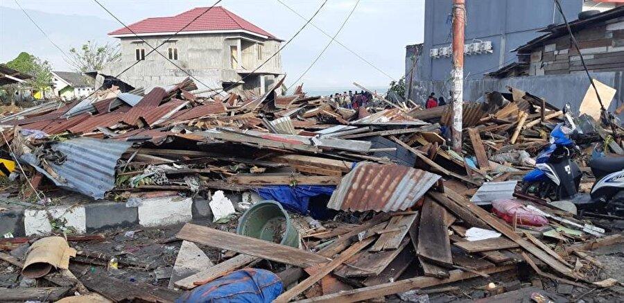 Pasifik Ateş Çemberi olarak adlandırılan deprem ve volkan kuşağında yer alan Endonezya sık sık doğal afetlerle mücadele ediyor.