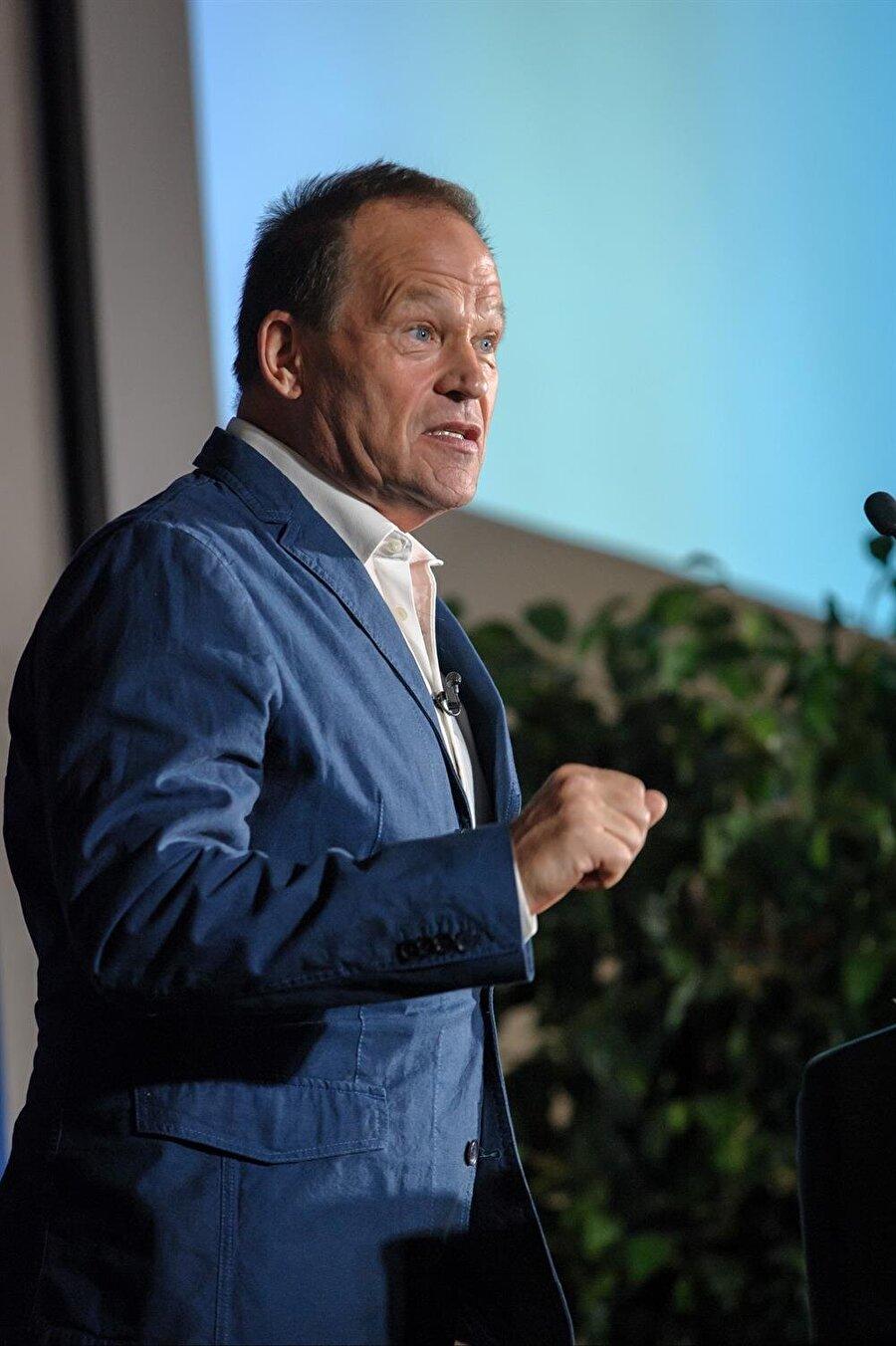 Intel CFO'su ve geçici CEO'su Robert Swan, şirketin geleceği ve hedefleri hakkında açıklamalar yapıyor.