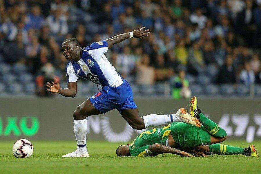 Aboubakar, Tondelalı oyuncuyla girdiği ikili mücadele sonucunda dengesini kaybediyor.