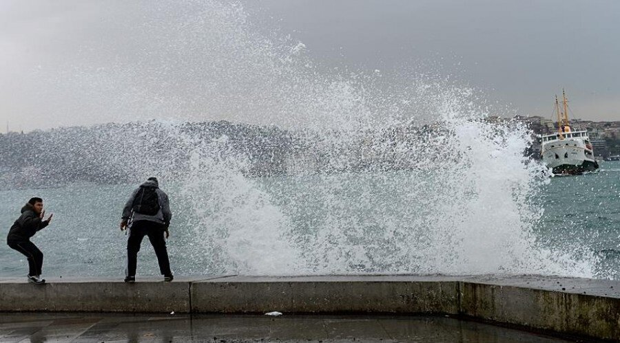 Fırtına esnasında mümkünse korunaklı bir yerde bekleyin.