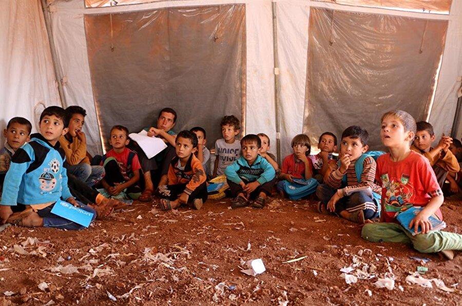 İdlib'den kaçarak Atme'deki kamplar bölgesine gelen binlerce çocuk, burada kurulan çadır okullarda eğitimlerine devam etmeye çalışıyor. (Muhammed Abdullah / AA)