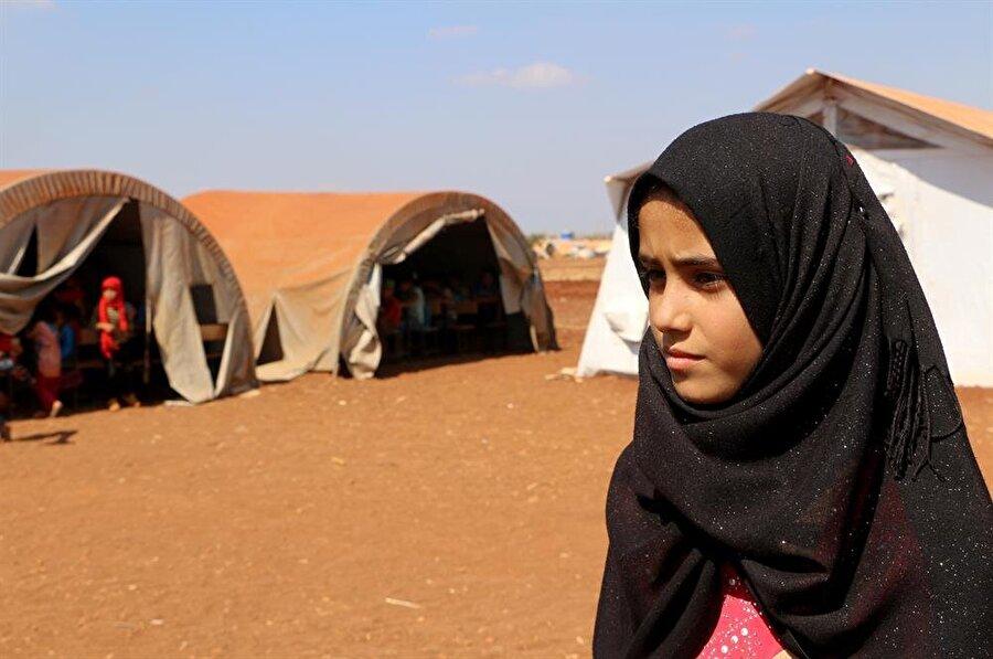 13 yaşındaki Esma, sürekli göç etmek zorunda kaldığı için hala 4. sınıfta. (Muhammed Abdullah / AA)