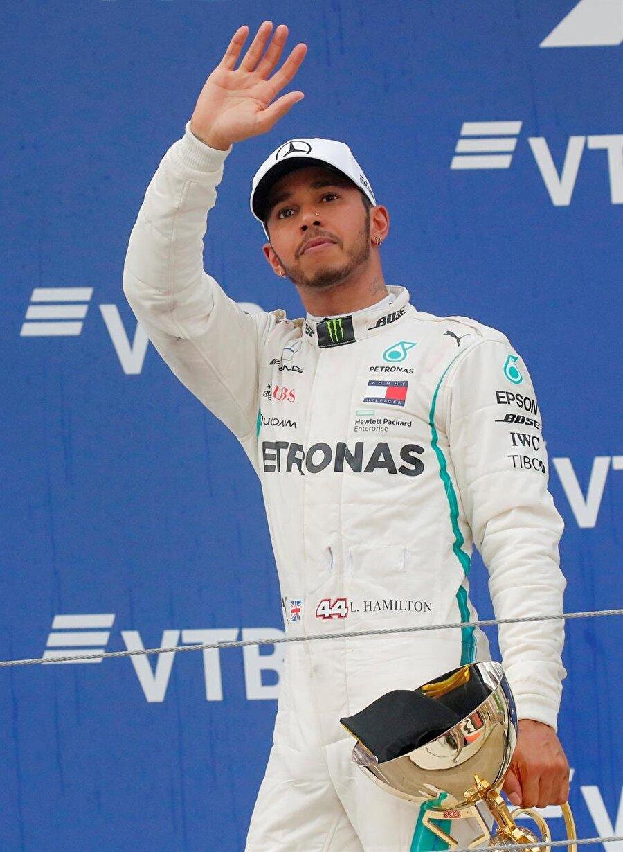 Lewis Hamilton kupasını aldıktan sonra hayranlarını selamladı.
