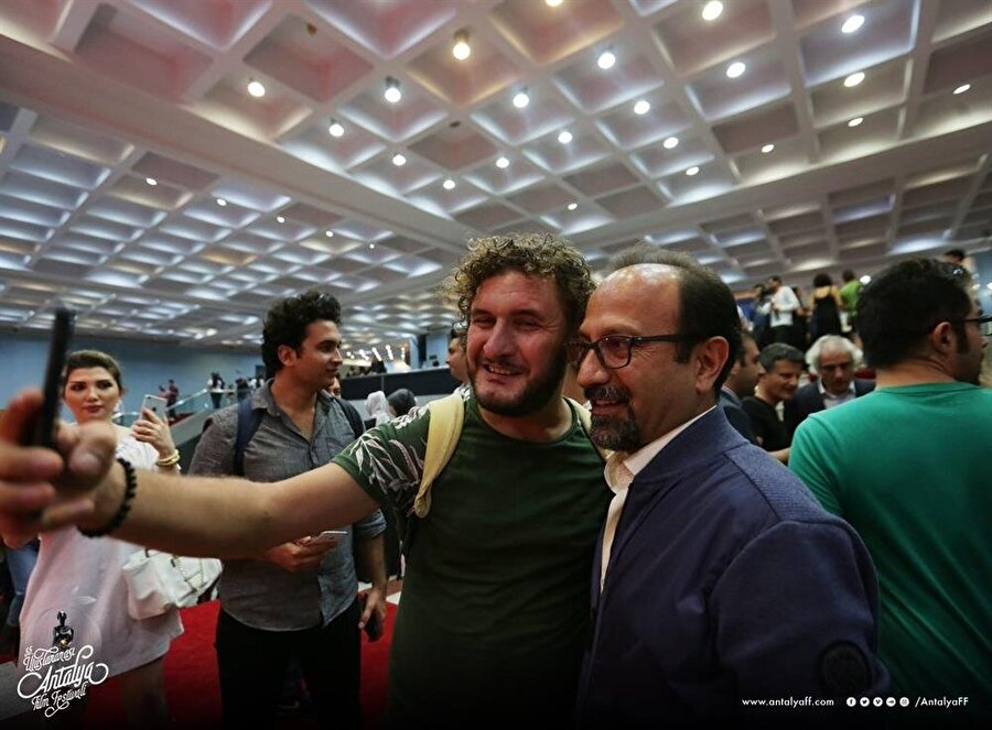 Asghar Farhadi söyleşi sonrası hayranlarıyla fotoğraf çektirdi.