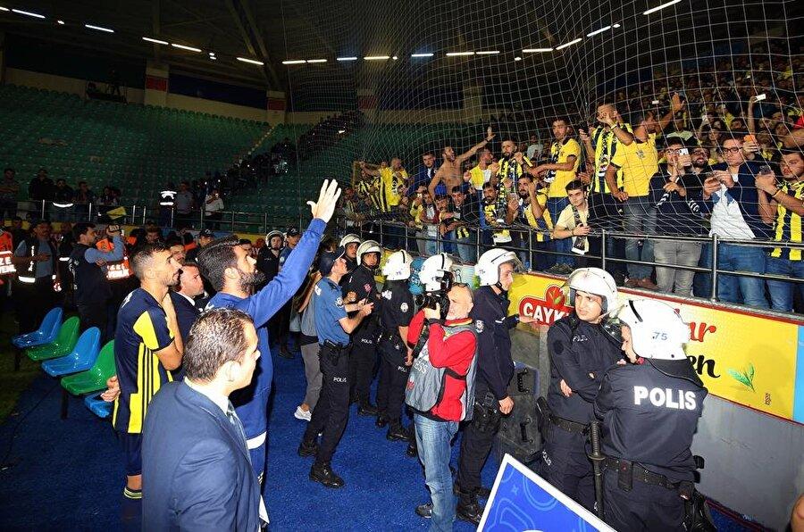 Fenerbahçe'de kaptanlar Volkan Demirel ve Mehmet Topal, Çaykur Rizespor maçının ardından taraftarlardan özür diledi.