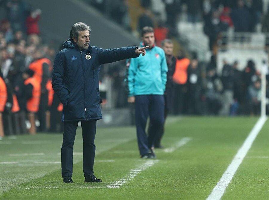 Aykut Kocaman, Fenerbahçe'yi çalıştırdığı dönemde oyuncularına kenardan taktik veriyor.