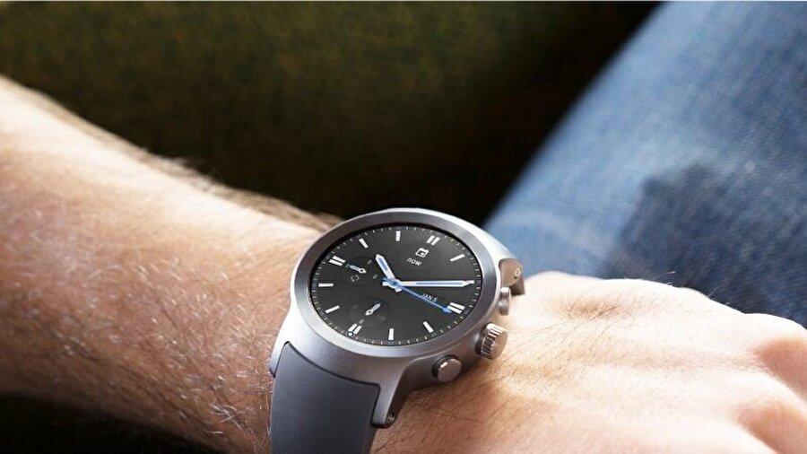 LG Watch W7, oval tasarımı ve şık hatlarıyla dikkat çekiyor.