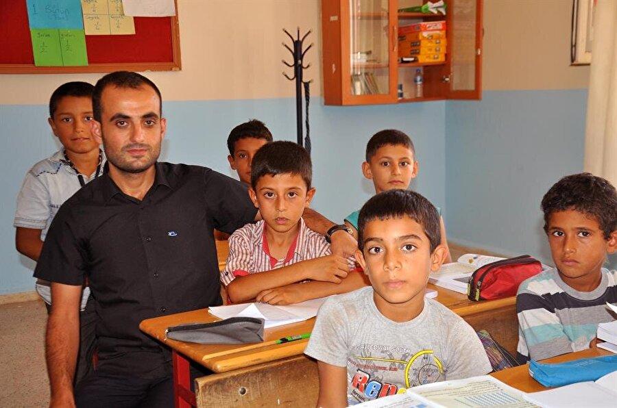 Mahallede farklı soyadı taşıyan istisnai isimlerden olan okul müdürü Ahmet Sürmüş, Cüneydioğlu aşiretinin eğitime önem vermesinden dolayı çok mutlu olduğunu söylüyor.