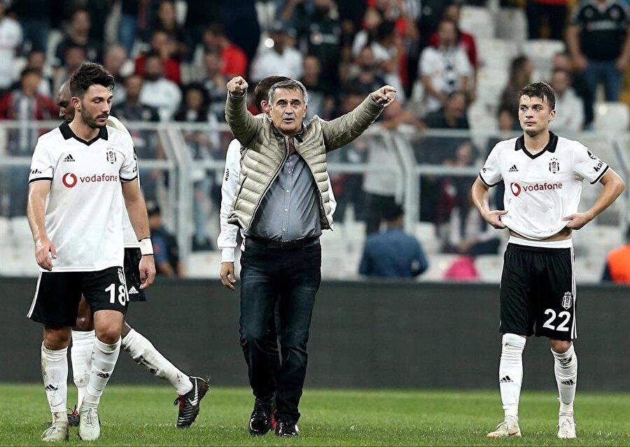 Şenol Güneş ve oyuncular maç sonunda taraftarın isteğini kırmayarak üçlü çektirdi.