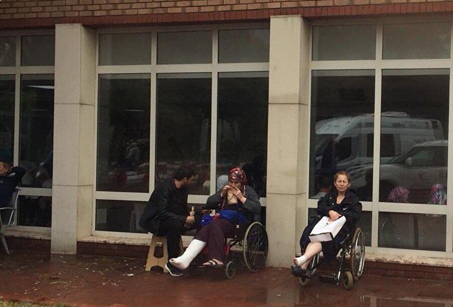 Yağmur hastanede bulunan vatandaşlara zor anlar yaşattı.